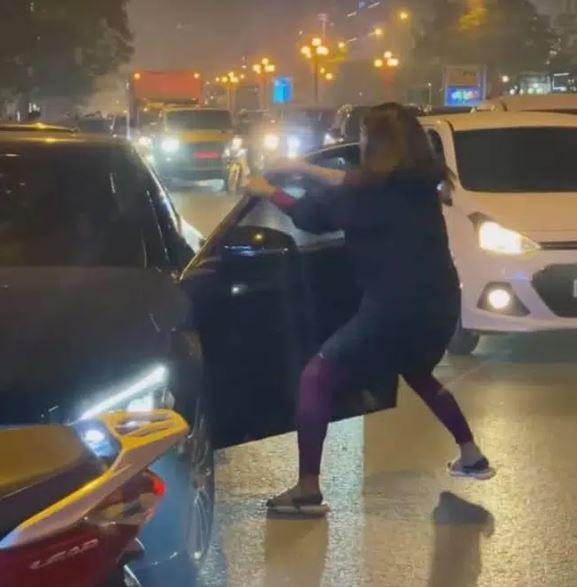 پایان نبرد خیابان Ly Nam De به جنگ حسادت آمیز مرسدس از Le Van Luong 1