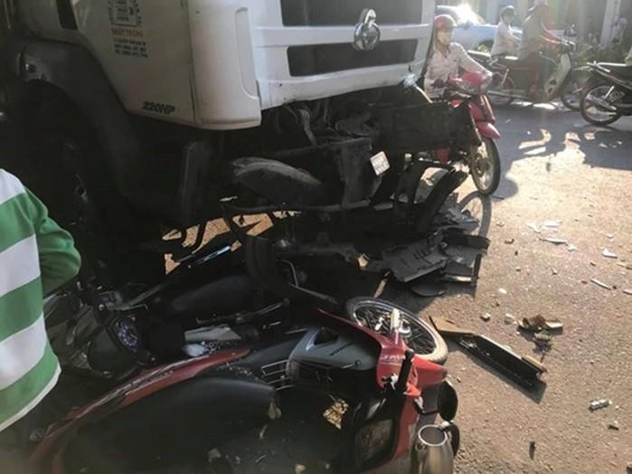 Tai nạn giao thông mới nhất ngày 6/3: Xe tải tông liên hoàn, cuốn nát 3 chiếc xe máy 2