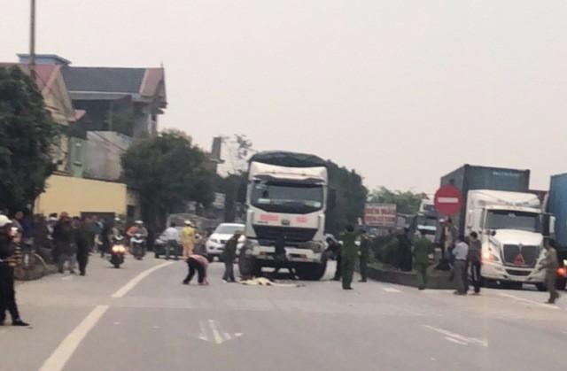 Tai nạn giao thông mới nhất ngày 8/3: Bé gái 3 tuổi chạy ra đường bị xe tải tông tử vong 3