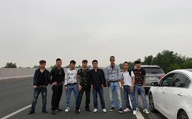 CSGT xem xét phạt nguội nhóm thanh niên dàn hàng chụp ảnh trên cao tốc  1