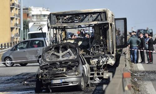 Bất mãn với chính phủ Italy, tài xế bắt cóc 51 trẻ em rồi đốt xe buýt 1