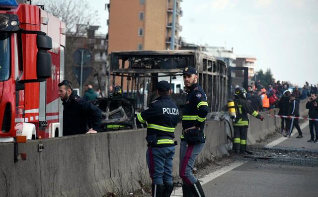 Bất mãn với chính phủ Italy, tài xế bắt cóc 51 trẻ em rồi đốt xe buýt 2