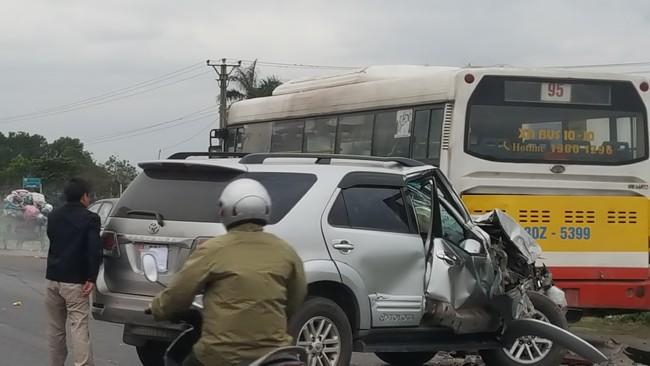 Tai nạn giao thông mới nhất ngày 25/3: Xe 5 chỗ bẹp nát đầu do lao vào đuôi xe buýt 1
