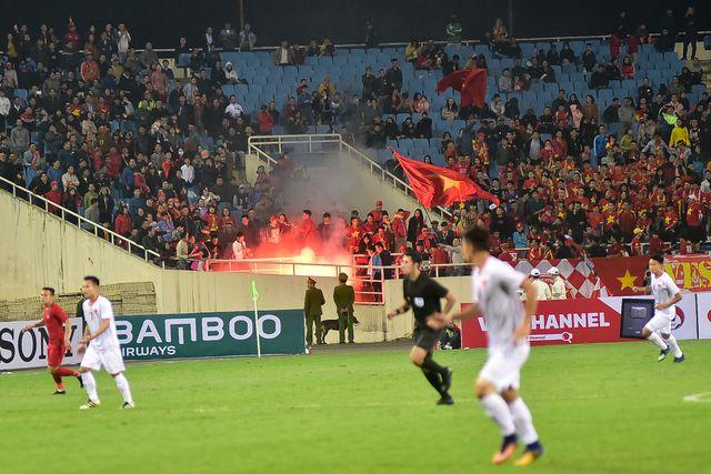 Pháo sáng lại cháy ở SVĐ Mỹ Đình, fan quá khích sắp khiến VFF chịu phạt  1