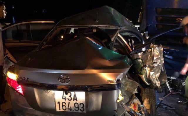 'Xế hộp' chở cả gia đình va chạm xe tải, 5 người thương vong 2