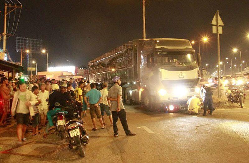Tai nạn giao thông mới nhất ngày 9/4: Bị xe container cuốn vào gầm, 2 vợ chồng tử vong 1