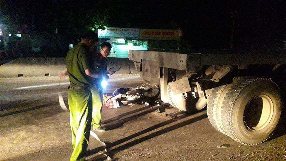 Tai nạn giao thông mới nhất ngày 9/4: Bị xe container cuốn vào gầm, 2 vợ chồng tử vong 2
