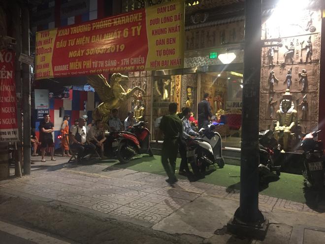 Người dân quây kín xem công an khám xét xuyên đêm quán karaoke của Phúc XO 2