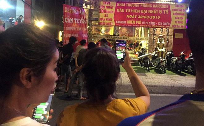 Người dân quây kín xem công an khám xét xuyên đêm quán karaoke của Phúc XO 4