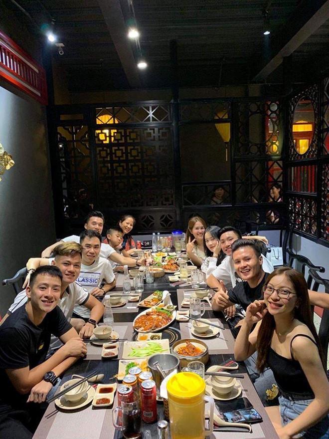 Quang Hải,Tiến Dũng cùng dàn cầu thủ mừng sinh nhật 'cựu em út' của ĐT Việt Nam 1