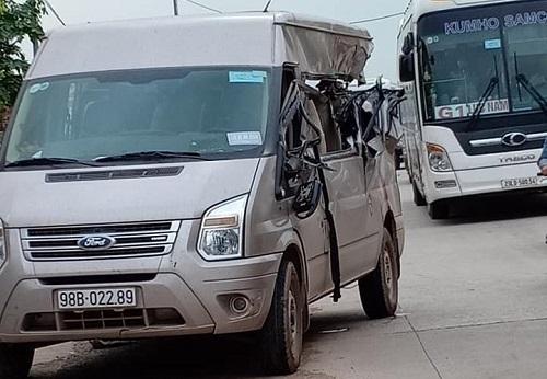 Ô tô tải ôm cua đâm xe khách ở Bắc Giang, 3 người thương vong 1