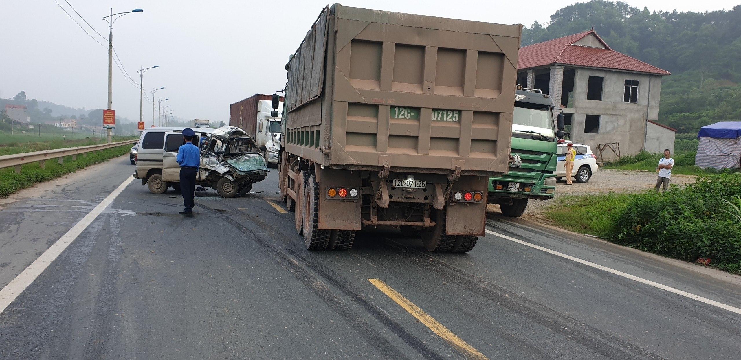 Tai nạn giao thông mới nhất ngày 13/5: Xe máy tông vào cột mốc, 2 người thương vong 2