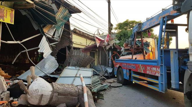 Tai nạn giao thông mới nhất ngày 17/5: Đi sinh nhật về, thanh niên tông container tử vong 2