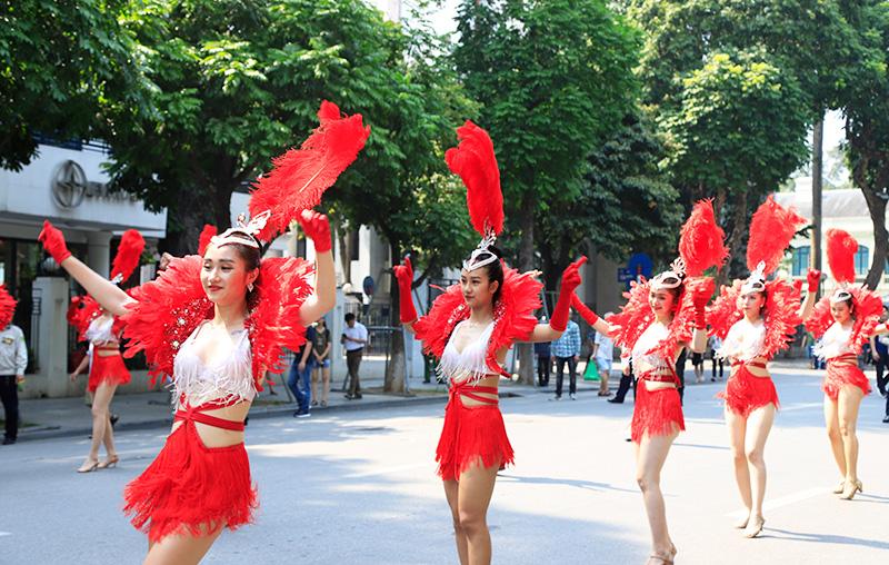 Vũ điệu Carnival khuấy động phố đi bộ Hà Nội giữa tiết trời 40 độ 3