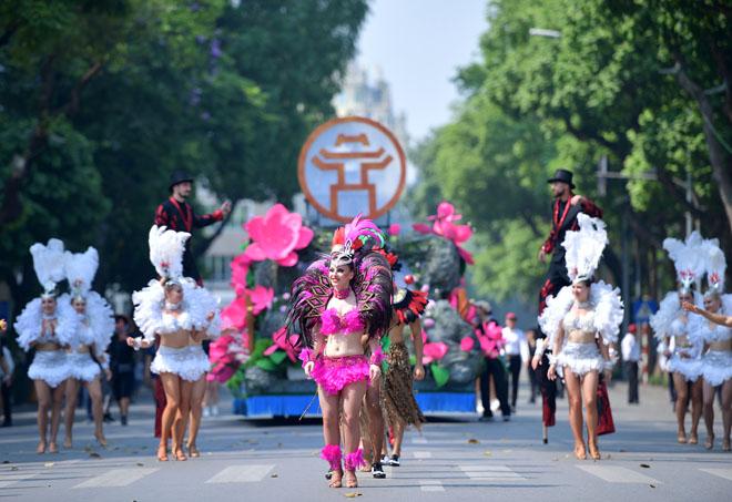 Vũ điệu Carnival khuấy động phố đi bộ Hà Nội giữa tiết trời 40 độ 1