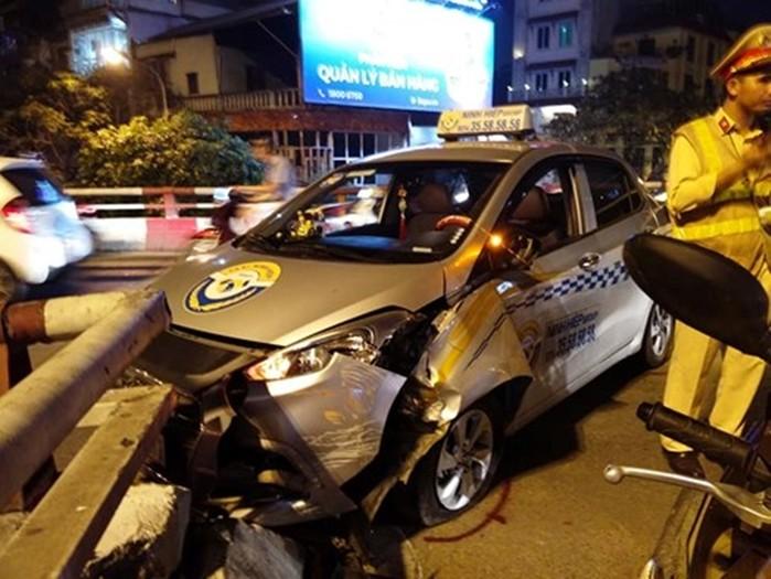 Tai nạn giao thông mới nhất ngày 22/5: Xe CSGT mất lái tông nhà dân, 1 người bị thương 3