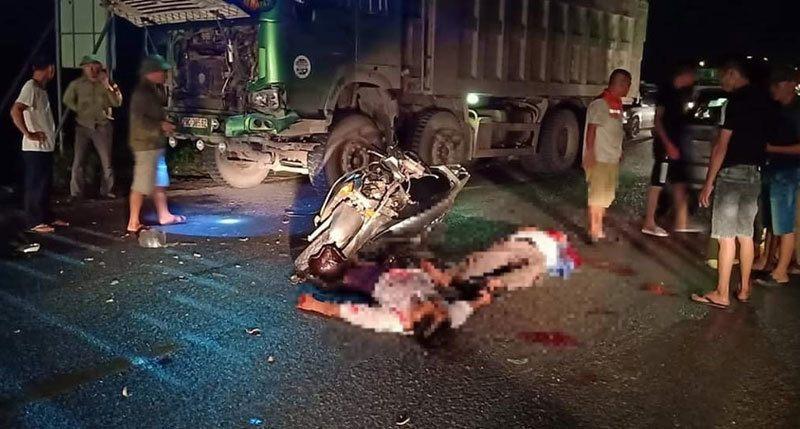 Tai nạn giao thông mới nhất ngày 6/6: Xe máy đấu đầu xe tải, 2 người đàn ông nguy kịch 1