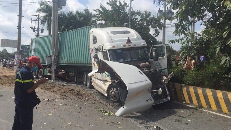 Hiện trường vụ xe container tông bẹp dúm 'xế hộp', 5 người thiệt mạng 2