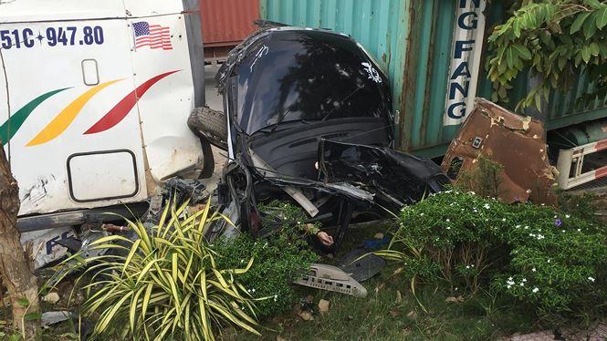 Hiện trường vụ xe container tông bẹp dúm 'xế hộp', 5 người thiệt mạng 1