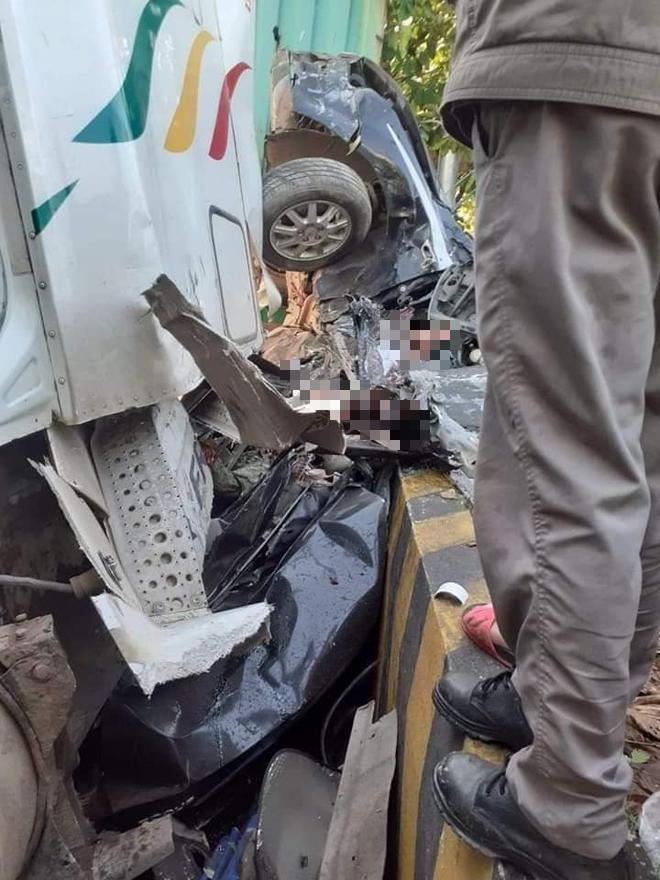 Xe đầu kéo nổ lốp tông 'xế hộp' bẹp dúm, 5 người thiệt mạng 3