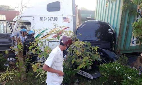 Xe đầu kéo nổ lốp tông 'xế hộp' bẹp dúm, 5 người thiệt mạng 1