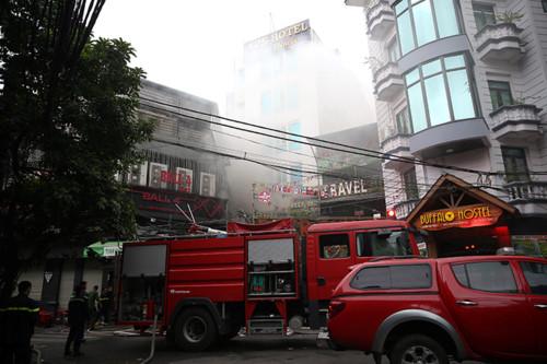 Khách sạn trên phố cổ bốc cháy, nhiều người chỉ kịp quấn khăn tắm tháo chạy 1