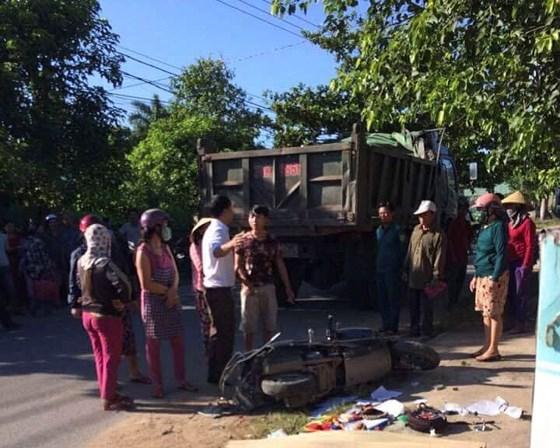 Bị xe ben tông trên đường đưa con đi học, 3 mẹ con thương vong 1