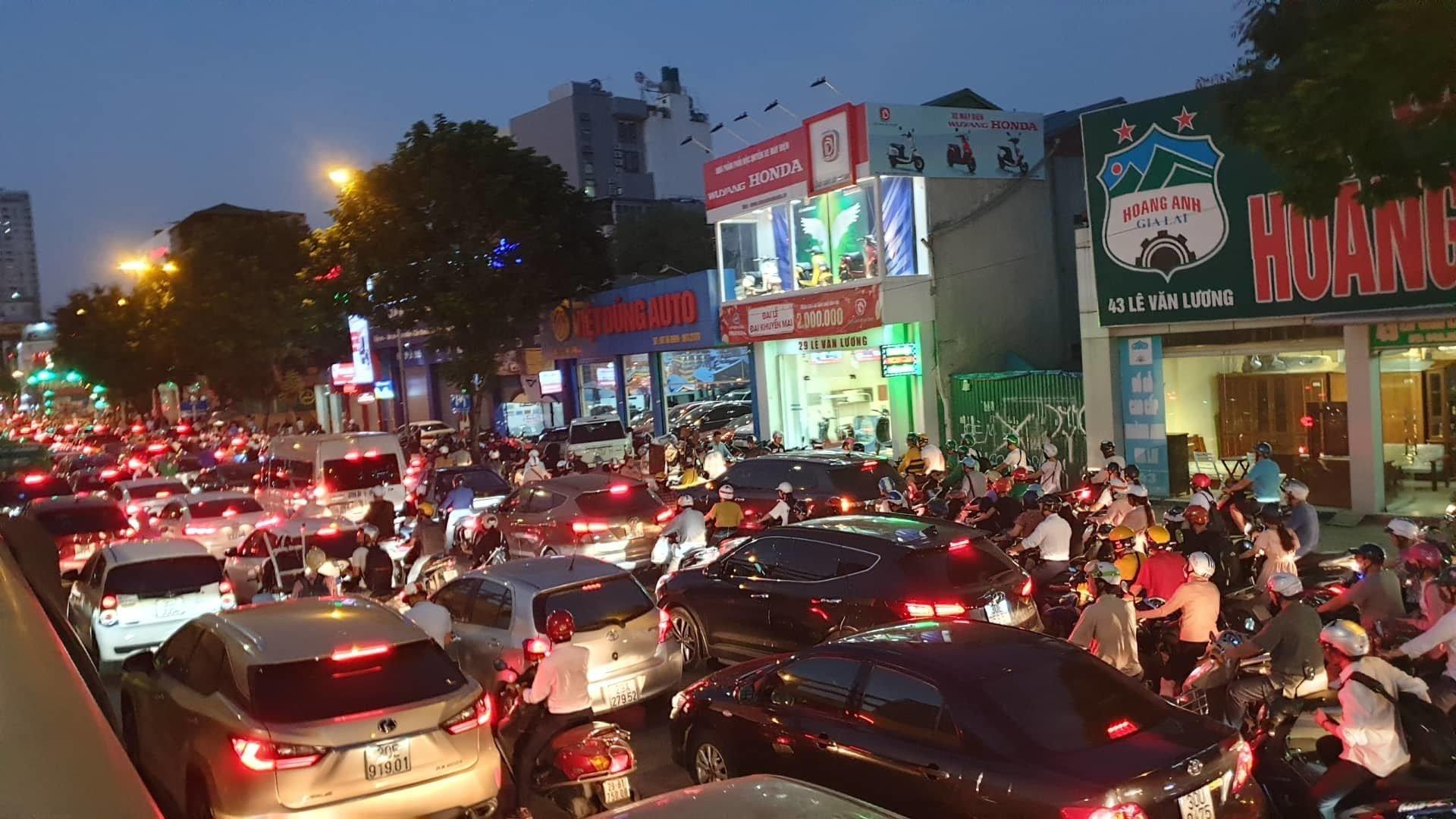 Va chạm với ô tô trên cầu vượt Lê Văn Lương, nam thanh niên tử vong 2
