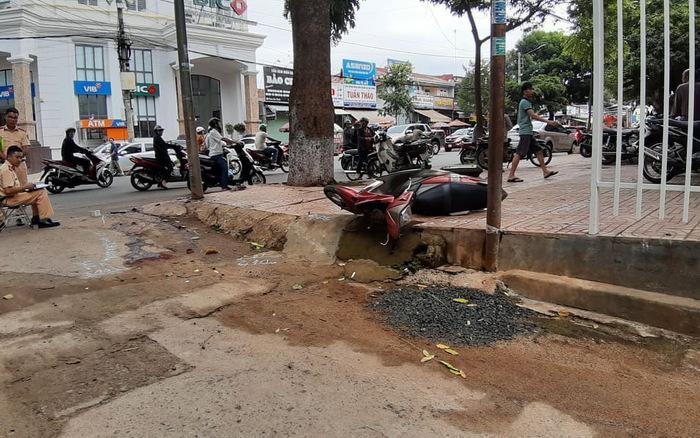 Tin tức tai nạn giao thông ngày 1/7: Xe máy tông vào cột đèn, 2 người thương vong 1