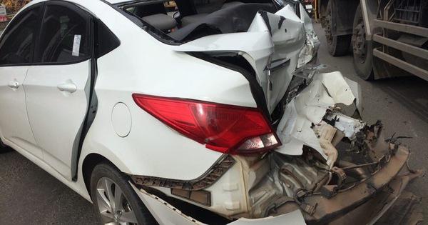 Tin tức tai nạn giao thông ngày 2/7: Xe 16 chỗ đâm sập cổng nhà dân, 2 trẻ bị thương 2