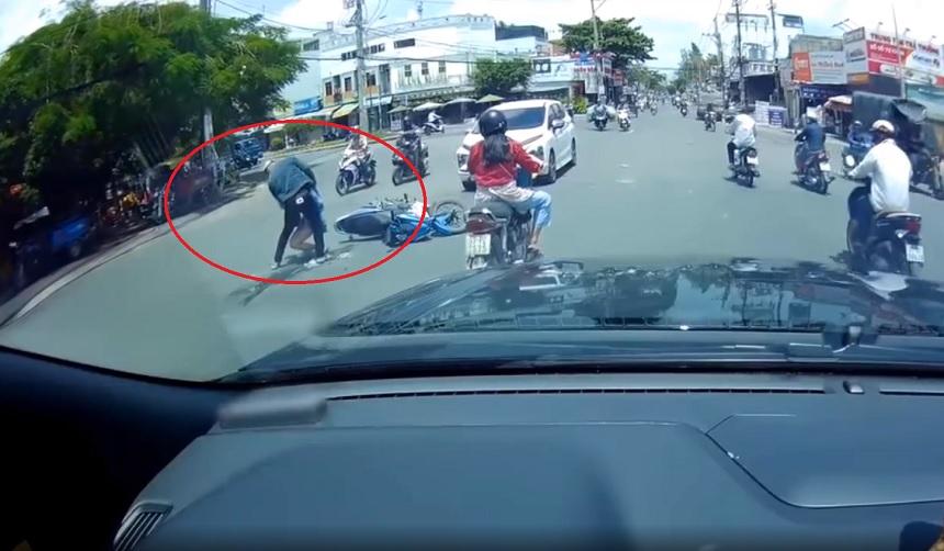 Vượt đèn đỏ khiến 2 người ngã ra đường, nữ 'ninja' thản nhiên phóng xe bỏ đi 1