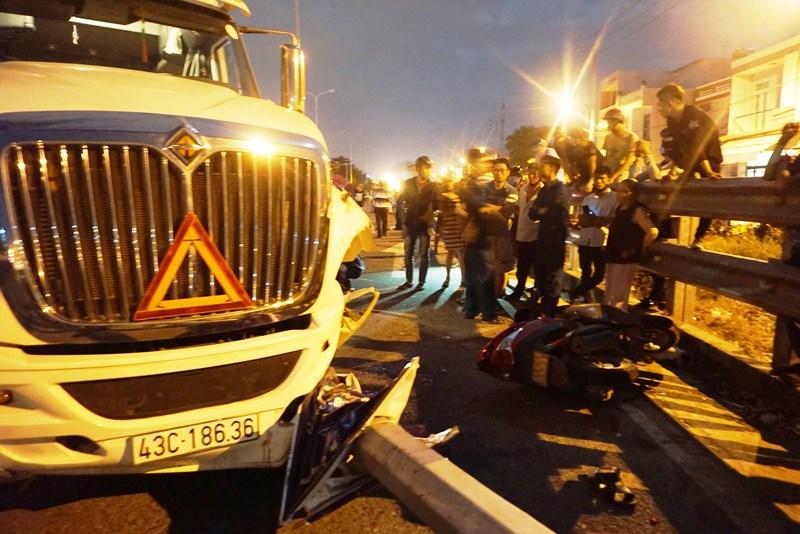 Tin tức tai nạn giao thông ngày 15/7: Container tông xe máy, 4 người thương vong 1