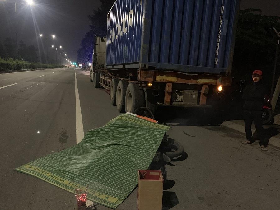 Tin tức tai nạn giao thông ngày 17/7: Xe tải tông nát SH, 2 người thương vong 1