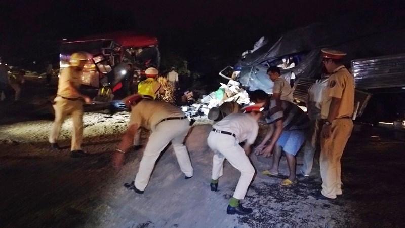 Xe khách đối đầu xe tải ở Bình Thuận, 2 tài xế tử vong kẹt trong cabin  2