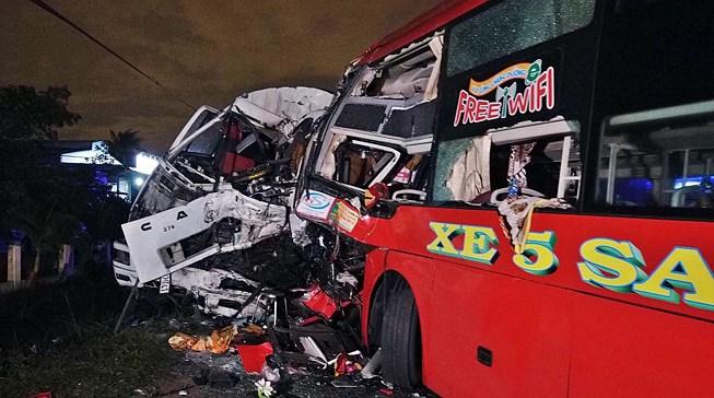 Xe khách đối đầu xe tải ở Bình Thuận, 2 tài xế tử vong kẹt trong cabin  1