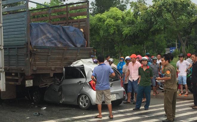 Rúc đuôi xe tải phanh gấp dừng đèn đỏ, tài xế KIA tử vong tại chỗ 1