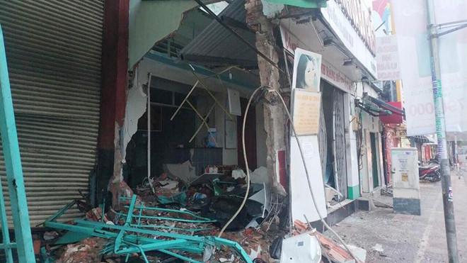 Tin tức tai nạn giao thông ngày 30/7: Xe đầu kéo tông sập nhà dân, 4 người thoát nạn 1