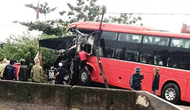 Tin tức tai nạn giao thông ngày 1/8: Xe khách lao vào nhà dân, tài xế nhập viện cấp cứu 1