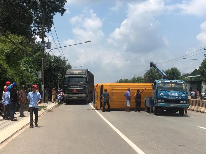 Xe khách rụng 2 bánh khi đang lưu thông, 10 người nhập viện 2