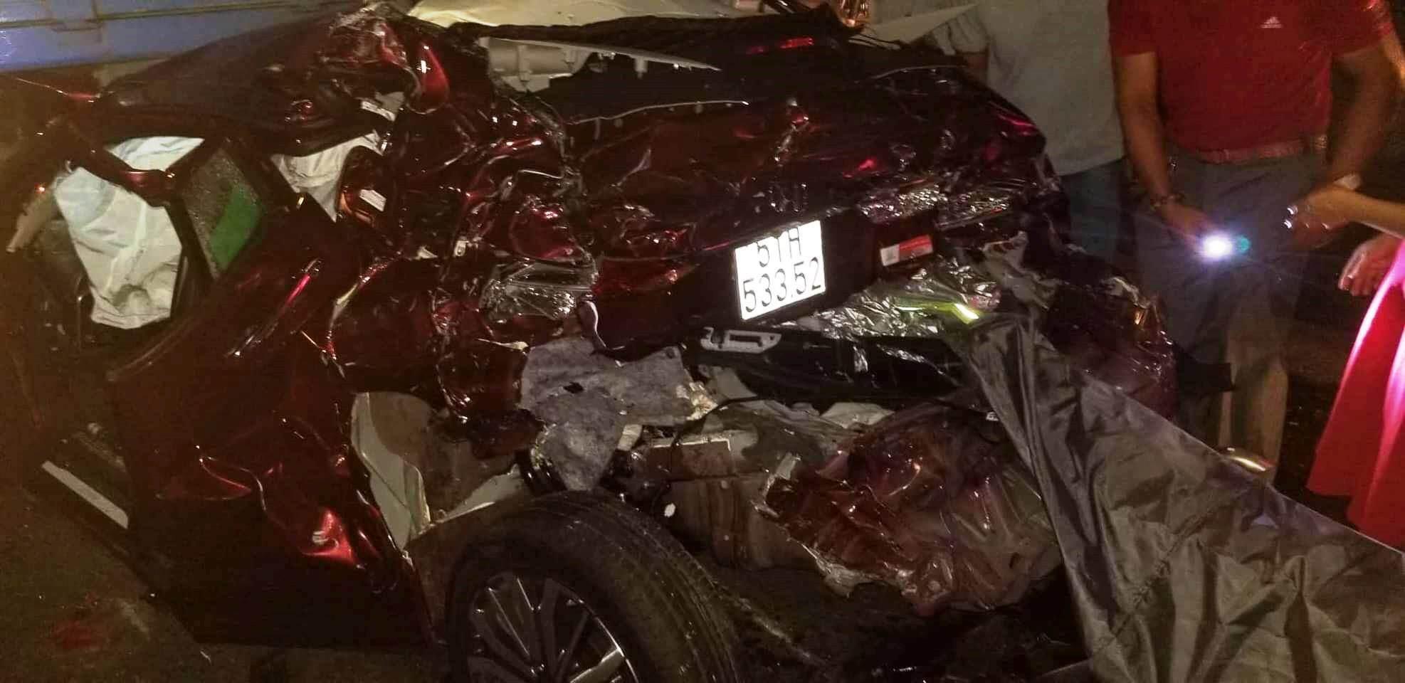 Tin tức tai nạn giao thông ngày 23/8: 'Xế hộp' nát bét giữa 2 xe tải, 4 người thoát chết 1