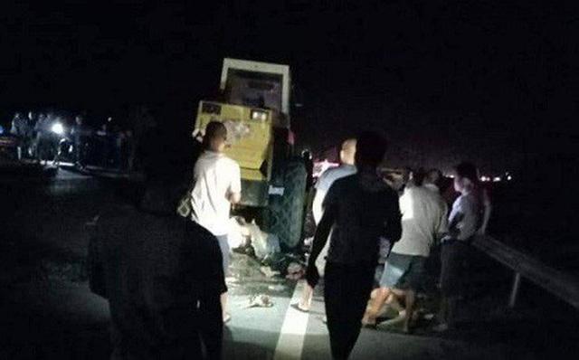 Xe máy tông xe lu đậu bên đường trong đêm, 2 thanh niên thiệt mạng 1