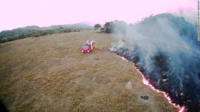 Cháy rừng Amazon: Vận tải cơ xả ngàn lít nước dập lửa cứu lá phổi xanh của trái đất 2