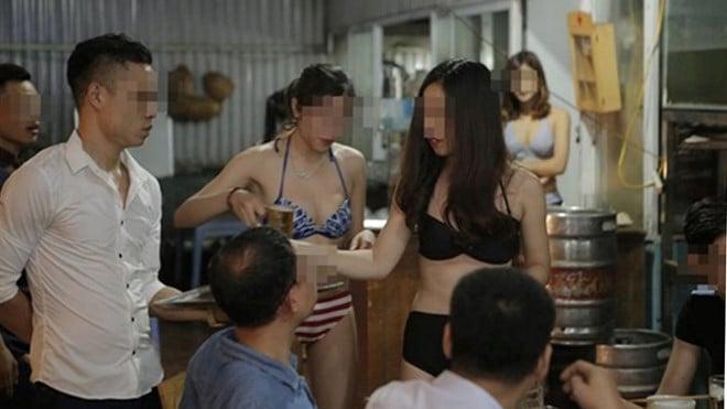 Hết thời nhân viên ăn mặc mát mẻ, nhà hàng thuê dàn gái xinh phục vụ khách tận răng 1