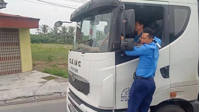 Thanh tra giao thông phải 'đánh đu' gần 3 km vì xe quá tải tháo chạy 1