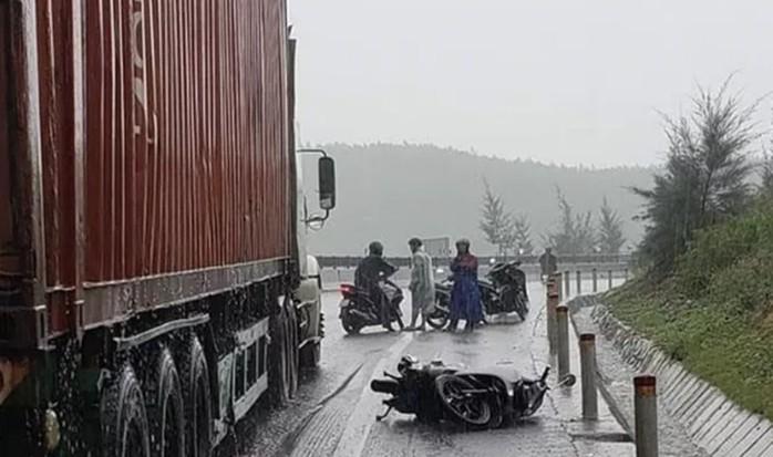 Tin tức tai nạn giao thông ngày 30/8: Xe chở gạch lật đè xe máy, 2 vợ chồng thương vong 2