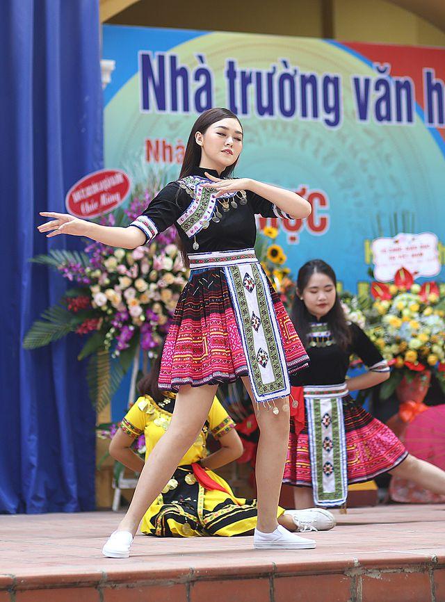 Á hậu Tường San nhảy 'Để Mị nói cho mà nghe' cực sung trong lễ khai giảng của trường cũ 3