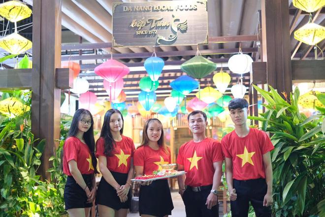 Việt Nam vs Thái Lan: CĐV tiếp lửa thầy trò ngài Park bằng tô mỳ Quảng đặc biệt 1