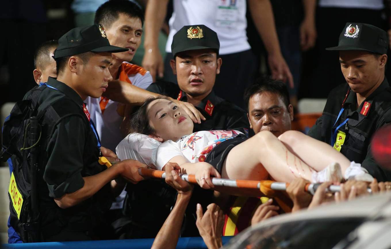 Người bắn pháo sáng khiến nữ PV bị thương ở Hàng Đẫy có thể bị truy cứu 1