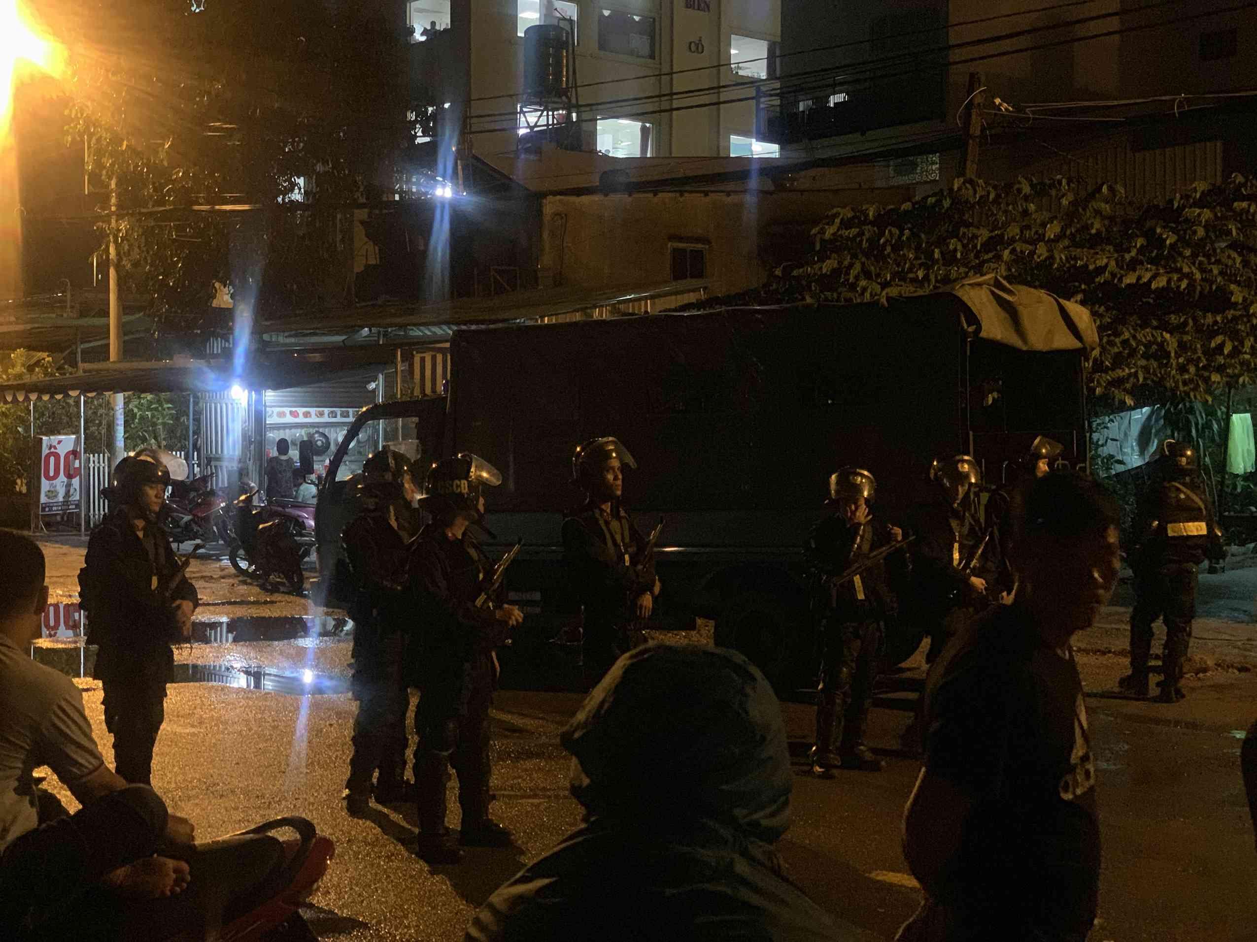 Hàng trăm cảnh sát khám xét trụ sở Alibaba xuyên đêm, nhiều thùng tài liệu được chở đi 1