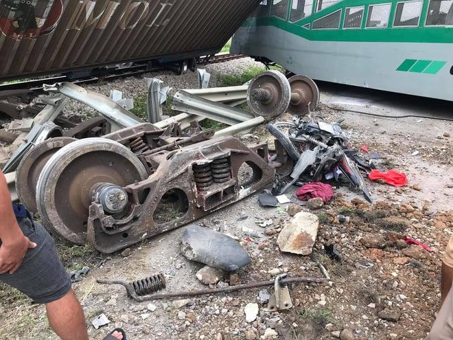 Hiện trường vụ tai nạn tàu hỏa làm 4 toa tàu bị lật, 2 ô tô và xe máy nát bét  1
